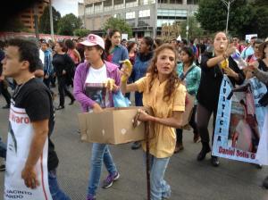 Raquel Coto regalando platanos